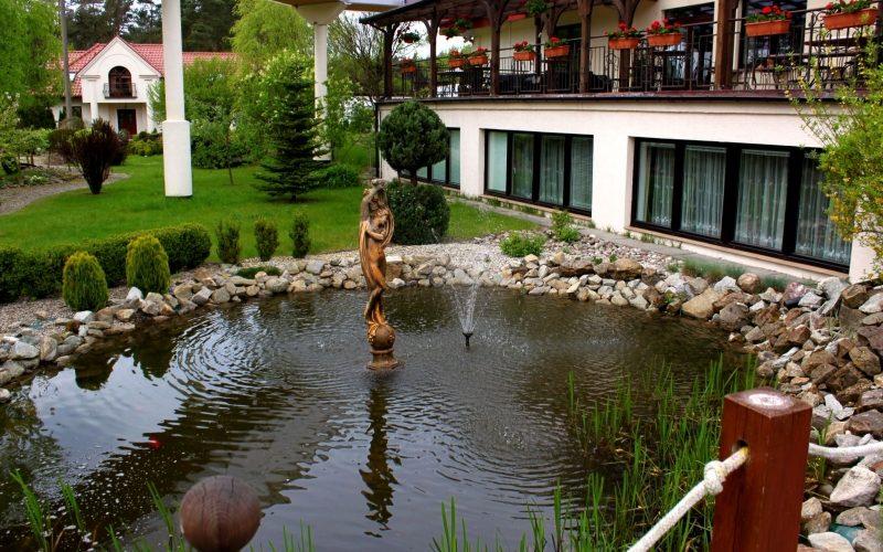 oczko wodne pomiędzy hotelami
