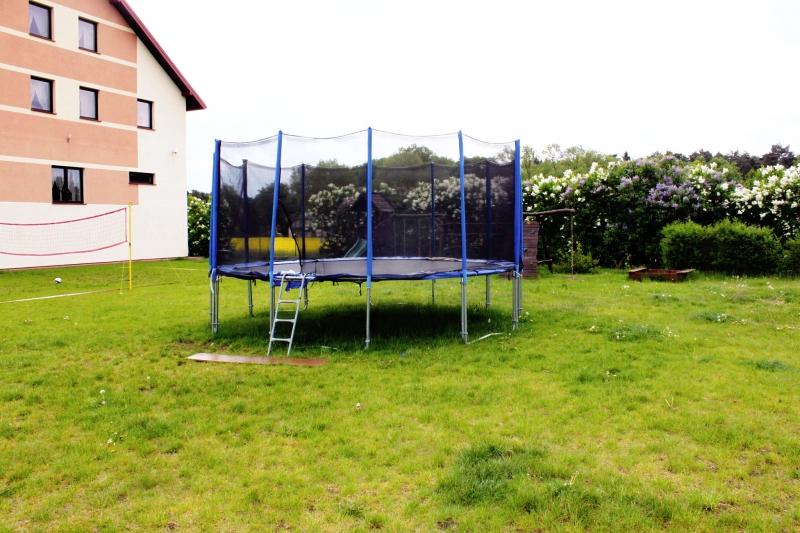 trampolina dla najmłodszych gości