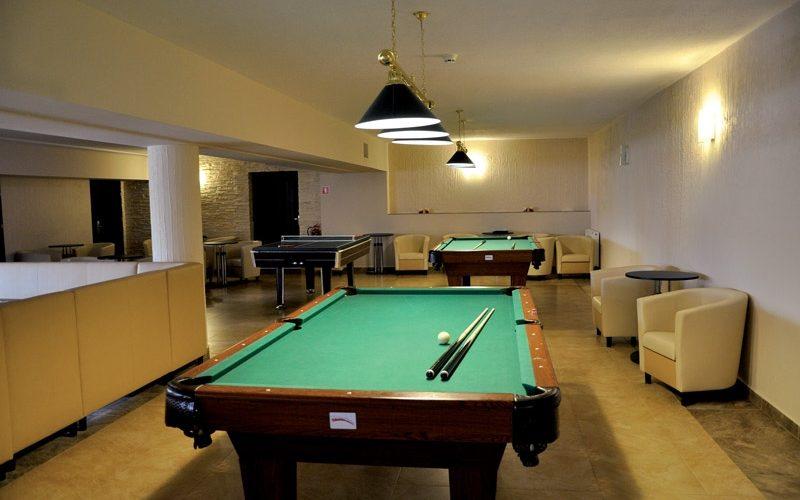 stół bilardowy w hotelu