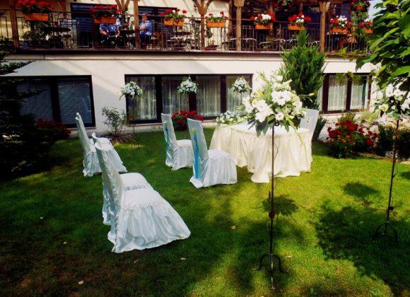 aranżacja ślubu przed hotelem