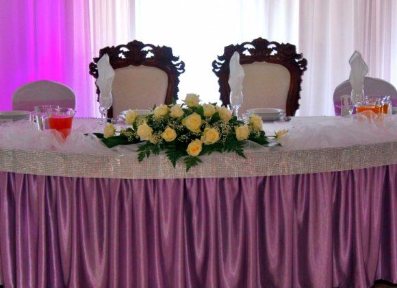 wystrój fioletowy - stół młodych