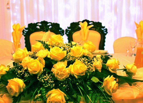 stół państwa młodych w wystroju pomarańczowym