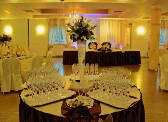 kieliszki i toasty na sali kwiatowej